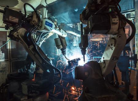 maquinaria pesada: Soldadura movimiento robots en una fábrica de coches