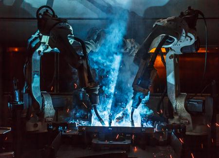 自動車部品工場における溶接ロボットの動き。
