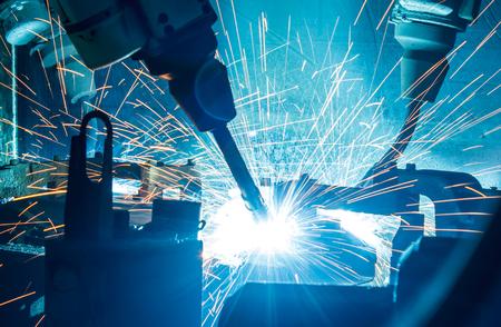 industriales: Soldadura movimiento robots en una fábrica de coches