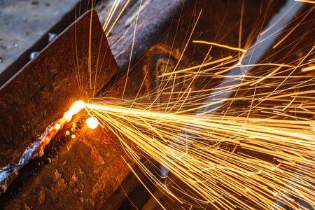 soldadura: Sparks, mientras que el corte de acero en la fábrica.