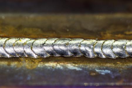 firmeza: cordón de soldadura en soldadura de chapa de acero de metal de acero industrial en la fábrica