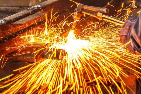 soldadura: Sparks, mientras que el corte de acero en la f�brica.