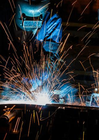 Travailleur avec un masque de protection métal de soudure Banque d'images - 44960300