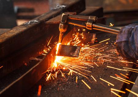 Sparks terwijl het snijden van staal in de fabriek. Stockfoto
