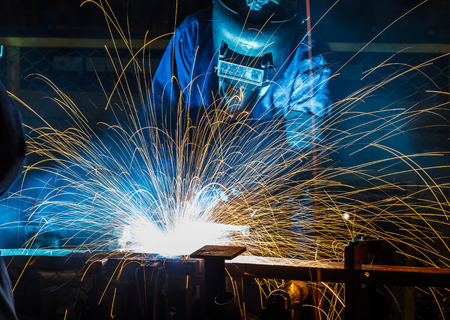 obrero trabajando: Trabajador con la máscara protectora soldadura de metales