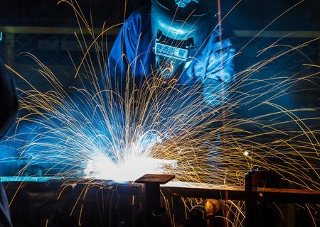ouvrier: travailleur avec un masque de protection métal de soudure