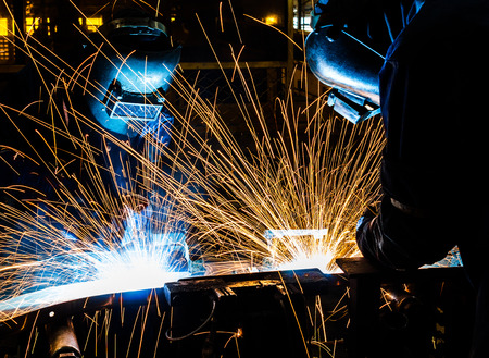 soldadura: Trabajador con la máscara protectora soldadura de metales