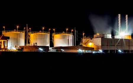 seguridad industrial: Tanques de petr�leo industriales grandes en una refiner�a Foto de archivo