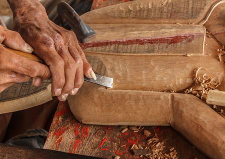 trinchante: manos del artesano talla y herramientas del tallador de madera Foto de archivo