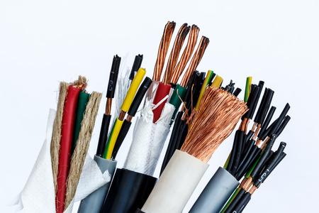 close-up van een elektrische kabel op een witte achtergrond