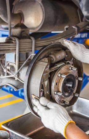 frenos: mantenimiento de frenos de automóviles centro en el garaje Foto de archivo