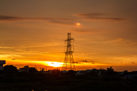 torres eléctricas: High voltage pylons on the evening sunset, silhouette