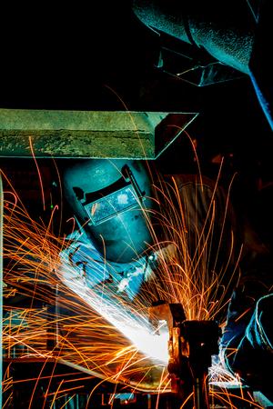 craftsman: Trabajador con el metal de soldadura máscara protectora, el conocimiento para llevar el gas acción de soldadura industria del automóvil