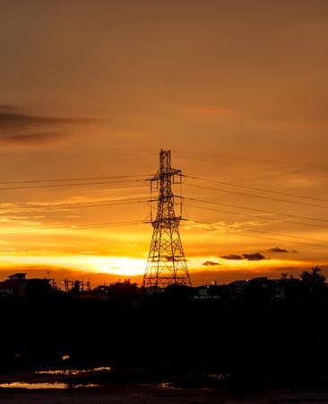 torres de alta tension: torres de alta tensión en la tarde la puesta del sol, silueta Foto de archivo