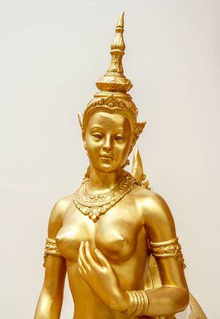 Kinnaree statue dorée belle de fond blanc dans thailande