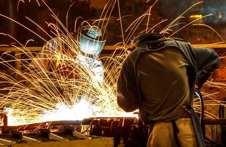 pièce automobile soudeur industriel dans l'usine