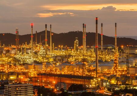 Twilight shot of oil refinery plant beautiful. Banque d'images