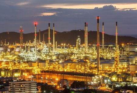 Twilight shot of oil refinery plant beautiful. Éditoriale