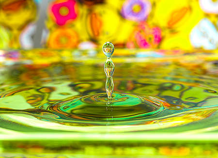 water drop reflected from the surface on which form circles beautiful Banque d'images