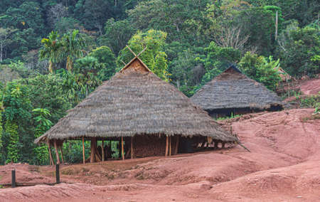 Hill tribe village thatched with roof grass In Thailand Banque d'images