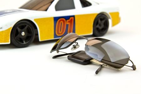 llave de sol: Fantas�a gafas de sol, llave y coches en segundo plano a la espera de despegan...