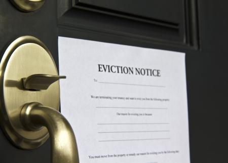 Desalojo aviso publicado en la puerta de la casa de carta