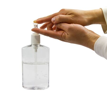 desinfectante: Claro botella de desinfectante de mano con las dos manos en uso