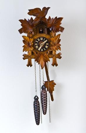 un coucou: Coucou familial avec les c�nes de pin m�talliques Banque d'images