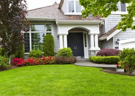 paisajismo: Patio delantero de casa moderna durante finales de la primavera
