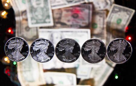 Resumen caminar libertad de d�lares de plata con papel moneda y las luces en el fondo Foto de archivo - 10854939