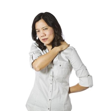 Aziatische dame aanraken van haar schouder en rug op een witte achtergrond Stockfoto
