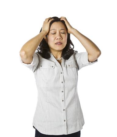 mirada triste: Las mujeres asi�ticas que expresan frustraci�n vestido con ropa de trabajo informal sobre fondo blanco