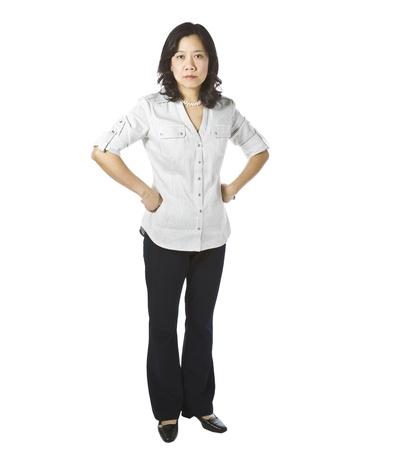 白い背景の上ビジネス因果衣料品で怒りを表現するアジアの女性