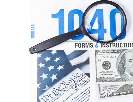 흰색 배경에 유리과 비용을 확대와 세금 양식 책자 1040