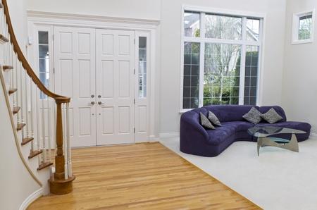 백그라운드에서 큰 창 소파, 유리 테이블, 오크와 카펫 바닥으로 된 거실 스톡 콘텐츠