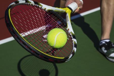 야외 코트의베이스 라인에서 테니스 포핸드 슬라이스