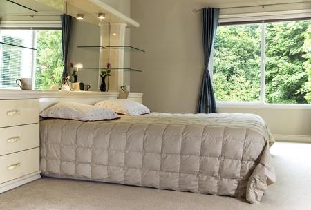 킹 사이즈 침대, 대형 거울 및 배경에 녹색 나무를 보여주는 오픈 커튼 매스터 침실 -