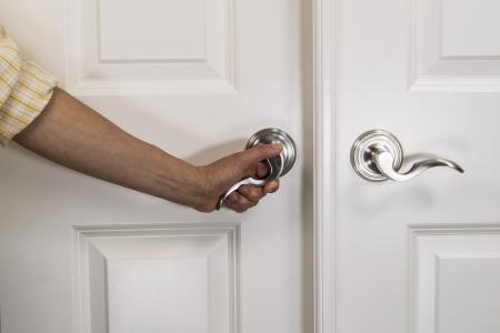 fermer la porte: Arrachage � la main sur la poign�e de porte chrom�es sur la porte du panneau blanc