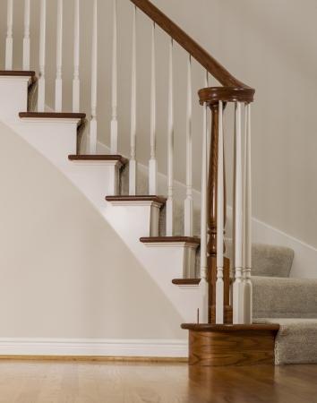 ribetes: Escalera de roble de madera con escalones de alfombras y molduras blancas Foto de archivo
