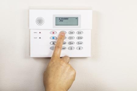 경보: 손 홈 경보 보안 패널의 원정 코드를 설정