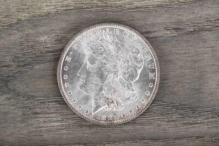 monedas antiguas: Alta calidad Silver Dollar Americana sobre madera desvanecimiento ceniza blanca Foto de archivo