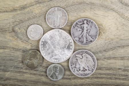 monedas antiguas: Monedas antiguas de plata en el fondo blanco descolorido madera de fresno