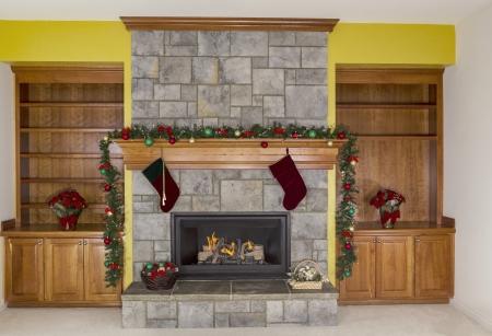 chemin�e gaz: Grand Foyer au gaz naturel d�cor� pour les f�tes avec mur d'accent jaune en arri�re-plan
