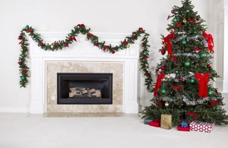 휴가 기간 동안 집의 거실에 완벽하게 장식 된 크리스마스 트리와 천연 가스 벽난로