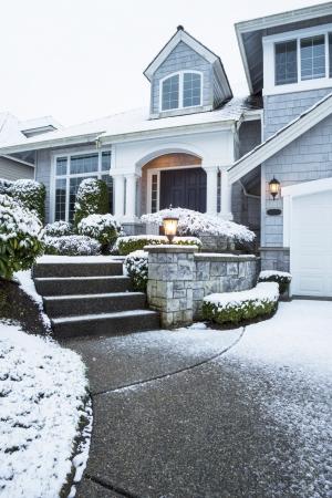 지상에 눈이 교외의 집으로 이어지는 측면 도보 세로 사진 스톡 콘텐츠
