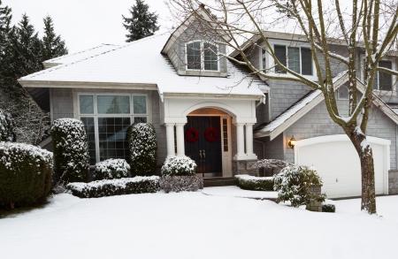 Foto van voortuin van huis tijdens de vakantie met verse sneeuw gevallen die ochtend