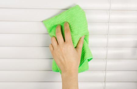 manos limpias: Foto horizontal de persianas limpieza mano femenina con un pa�o de microfibra Foto de archivo