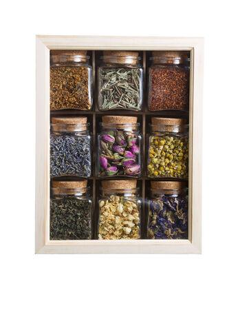 flores secas: Foto vertical de flores y plantas secas dentro de la caja de madera con frascos de vidrio individuales aisladas en blanco Foto de archivo