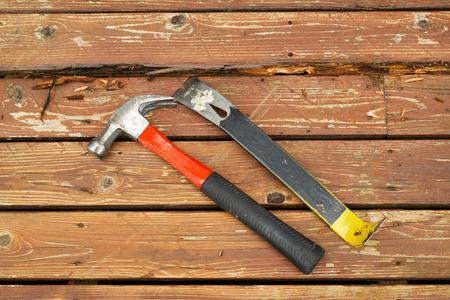 cedro: Foto horizontal del viejo martillo y palanca al lado de la madera podrida en la cubierta de madera de cedro Foto de archivo