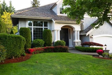 Tijdens de late lente seizoen met schone landschap mooi huis exterieur